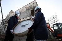 運び出される岩手県大槌町の旧役場庁舎の時計=同町で2019年1月15日午前9時13分、喜屋武真之介撮影