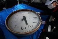 車に積み込まれる岩手県大槌町の旧役場庁舎の時計=同町で2019年1月15日午前9時16分、喜屋武真之介撮影