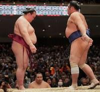 栃煌山に寄り切りで敗れた稀勢の里(左)=東京・両国国技館で2019年1月15日、和田大典撮影