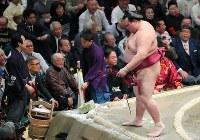 栃煌山に寄り切りで敗れ土俵を降りる稀勢の里=東京・両国国技館で2019年1月15日、長谷川直亮撮影