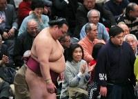 取り組み後、土俵に一礼する稀勢の里=東京・両国国技館で2019年1月15日、長谷川直亮撮影
