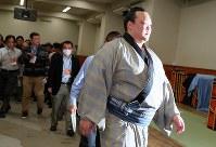 3連敗し、支度部屋を出る稀勢の里=東京・両国国技館で2019年1月15日、長谷川直亮撮影