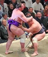 栃ノ心(左)が寄り切りで妙義龍に敗れる=東京・両国国技館で2019年1月15日、長谷川直亮撮影