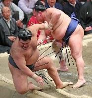 高安(左)が送り倒しで北勝富士に敗れる=東京・両国国技館で2019年1月15日、長谷川直亮撮影