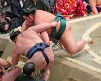 錦木(上)が寄り切りで鶴竜を破る=東京・両国国技館で2019年1月15日、長谷川直亮撮影