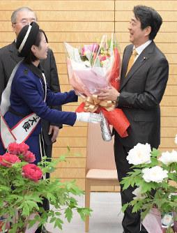 島根県松江市の「牡丹」を贈られる安倍晋三首相(右)=首相官邸で2019年1月15日、川田雅浩撮影