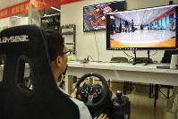1000キロ離れた上海にある車を遠隔操作するXラボの研究員。画面には車載カメラの映像がリアルタイムで映し出される=中国・深センで2018年9月26日、赤間清広撮影