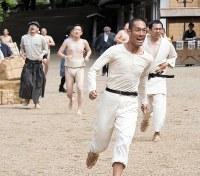 NHK大河ドラマ「いだてん」第4回(27日放送)から、東京高等師範学校のマラソン大会で走る金栗四三(中村勘九郎)=NHK提供
