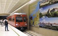 ファーウェイの新しい研究開発拠点。欧州風の街並みを専用電車が駆け抜ける=深セン近郊で