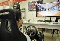 1000キロ離れた上海にある車を遠隔操作するXラボの研究員。画面には車載カメラの映像がリアルタイムで映し出される=中国・深センで、赤間清広撮影