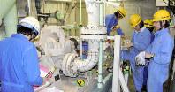 伊方原発3号機の定期検査で「タービン動補助給水ポンプ」を点検する作業員ら
