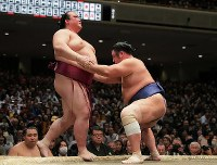 Yokozuna Kisenosato, left, is defeated by maegashira Tochiozan during the New Year Grand Sumo Tournament at Ryogoku Kokugikan hall in Tokyo's Sumida Ward on Jan. 15, 2019. (Mainichi/Daisuke Wada)