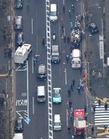 歩道に突っ込んで止まった乗用車(右上)=東京都渋谷区で2019年1月16日午後2時33分、本社ヘリから丸山博撮影