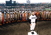 【第69回大会】選手宣誓をする育英の衣川隆夫主将=1997年3月26日撮影