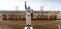 【第61回大会】選手宣誓をする別府羽室台の笠置伸一主将=1989年3月26日撮影