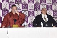 引退を表明し、記者会見する横綱・稀勢の里(左)と、田子ノ浦親方=東京・両国国技館で2019年1月16日午後4時9分、渡部直樹撮影