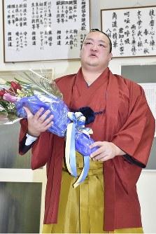 引退を表明した記者会見を終え、花束を受け取った稀勢の里=東京・両国国技館で2019年1月16日午後4時9分、渡部直樹撮影