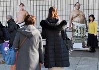 現役引退を表明した稀勢の里の写真パネルと記念撮影する人たち=東京・両国国技館で2019年1月16日午前10時53分、宮間俊樹撮影