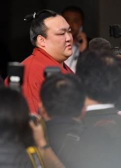 引退を表明する記者会見場に入る稀勢の里=東京都千代田区で2019年1月16日午後2時35分、宮間俊樹撮影