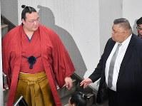 引退の記者会見を終えて会場を出る稀勢の里(左)。右は田子ノ浦親方=東京・両国国技館で2019年1月16日午後4時11分、宮間俊樹撮影