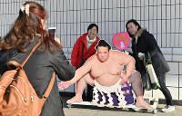 引退を発表した、横綱・稀勢の里の看板と記念撮影する来場者たち=東京・両国国技館で2019年1月16日午後1時38分、藤井達也撮影
