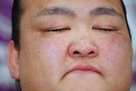 記者会見で目を閉じる横綱・稀勢の里=東京・両国国技館で2019年1月16日午後3時45分、渡部直樹撮影