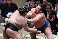 【大相撲初場所四日目】高安(左)が栃煌山を攻める=東京・両国国技館で2019年1月16日、渡部直樹撮影