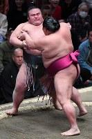【大相撲初場所四日目】貴景勝(左)が御嶽海に寄り切りで敗れる=東京・両国国技館で2019年1月16日、渡部直樹撮影