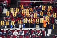 【大相撲初場所四日目】引退が決まった稀勢の里の地元、茨城県牛久市から訪れ、プラカードを掲げる人たち=東京・両国国技館で2019年1月16日、渡部直樹撮影
