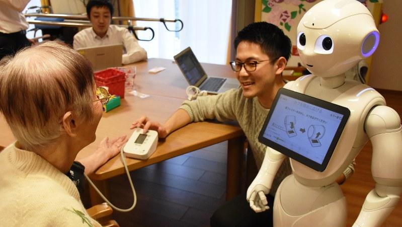 ロボットのペッパーが血圧測定をお手伝い