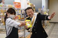 「だまされんちゃ封筒」を店に配布し、特殊詐欺被害防止を呼び掛ける高原兄さん(右)=富山市役所で、森野俊撮影