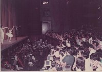 出演者に拍手する観客=東京文化会館で(日時不明)、西岡昌紀氏提供