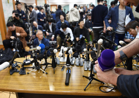 Throngs of reporters gather for Japanese Olympic Committee President Tsunekazu Takeda's press announcement in Tokyo's Shibuya Ward on Jan. 15, 2019. The event lasted just seven minutes, with the media given no opportunity to ask questions. (Mainichi/Tatsuya Fujii)