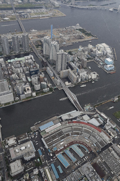 The Tsukiji market and the Toyosu market are seen in the foreground and the background, respectively, from a Mainichi Shimbun helicopter in Tokyo's Chuo Ward, in July 23, 2017. (Mainichi)