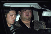 Yokozuna Kisenosato is seen going back to his Tagonoura Stable in Tokyo's Shinagawa Ward on Jan. 15, 2019, after suffering three straight losses from Day 1 of the New Year Grand Sumo Tournament. (Mainichi/Naoki Watanabe)