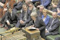 離脱合意案を否決された後、英下院で演説するメイ首相=ロンドンで日、AP