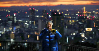 A man plays a trumpet for the victims of the 1995 Great Hanshin Earthquake in Kobe's Chuo Ward, in western Japan, in the predawn hours of Jan. 17, 2019. (Mainichi/Kentaro Ikushima)