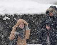 雪が降りしきる中を歩く人たち=札幌市中央区で2019年1月17日、竹内幹撮影