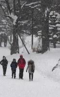 雪が降りしきる中を歩く人たち=札幌市中央区で2019年1月17日午前11時43分、竹内幹撮影