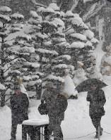 雪が降りしきる中を歩く人たち=札幌市中央区で2019年1月17日午後0時1分、竹内幹撮影