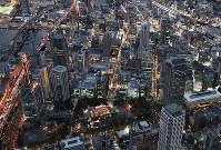 「1・17」と形取られた竹灯籠の明かりが浮かぶ東遊園地=神戸市中央区で2019年1月17日午後5時31分、本社ヘリから小出洋平撮影