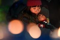 「1・17KOBEに灯りを in ながた」で、ろうそくをみつめる親子=神戸市長田区で2019年1月17日午後5時37分、山田尚弘撮影