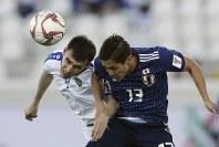 アジア杯【日本・ウズベキスタン】ボールを競り合う日本の武藤=2018年1月17日 UAE・アルアインのハリファ インターナショナル スタジアムで、AP