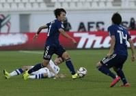 アジア杯【日本・ウズベキスタン】攻め込む日本の室屋=2018年1月17日 UAE・アルアインのハリファ インターナショナル スタジアムで、AP