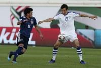 アジア杯【日本・ウズベキスタン】ボールを奪いに行く日本の北川=2018年1月17日 UAE・アルアインのハリファ インターナショナル スタジアムで、AP