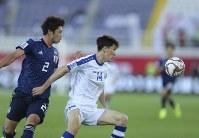 アジア杯【日本・ウズベキスタン】ディフェンスする日本の三浦=2018年1月17日 UAE・アルアインのハリファ インターナショナル スタジアムで、AP