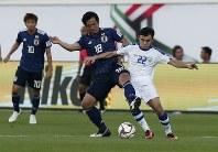 アジア杯【日本・ウズベキスタン】ボールを競り合う日本の塩谷=2018年1月17日 UAE・アルアインのハリファ インターナショナル スタジアムで、AP