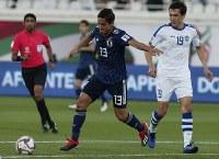 アジア杯【日本・ウズベキスタン】シュートを狙う日本の武藤=2018年1月17日 UAE・アルアインのハリファ インターナショナル スタジアムで、AP