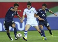 アジア杯【日本・ウズベキスタン】ウズベキスタンのショムロドフがドリブルで進入。DF三浦と槙野に挟まれながら、先制ゴールを決める=2018年1月17日 UAE・アルアインのハリファ インターナショナル スタジアムで、AP