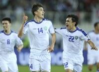 アジア杯【日本・ウズベキスタン】先制ゴールを決め、喜ぶウズベキスタンのショムロドフ(14)=2018年1月17日 UAE・アルアインのハリファ インターナショナル スタジアムで、AP